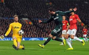 El Reial Madrid va passar a vuitens de final en un partit polèmic.