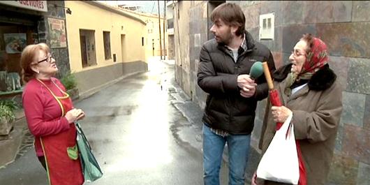 Quim Masferrer conversa amb dues veïnes de Belianes, el poble que va visitar a l'entrega d'ahir. Font: vertele.com